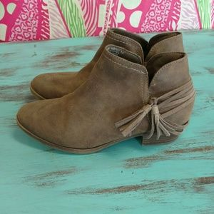 Shoes - Great taupe booties